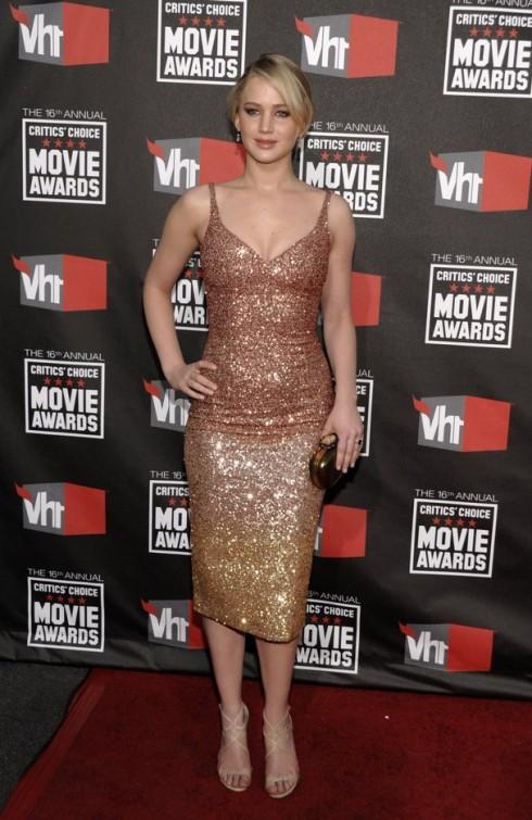 2011: Cô nàng xuất hiện tại buổi trao giải Annual Critics' Choice Movie Awards trong chiếc đầm kim tuyến ôm sát gợi cảm.