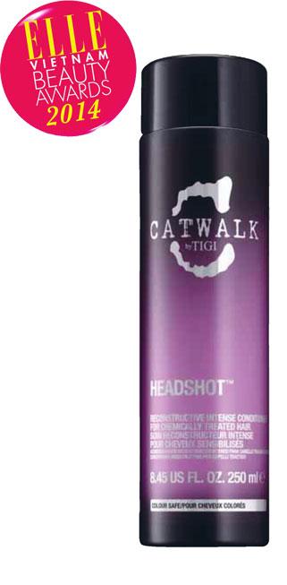 <strong>2. CATWALK BY TIGI Headshot Reconstructive Shampoo</strong><br/>Dầu gội tái cấu trúc dành cho mái tóc đã qua nhiều lần sử dụng hóa chất. Các dưỡng chất từ nhân sâm, protein từ mầm lúa mạch và amino axit giúp tăng cường độ chắc khỏe và chống lại những hư tổn trong tương lai, dưỡng ẩm tăng cường, tái cấu trúc bên trong tóc qua từng lần gội, đồng thời hồi phục hư tổn ngoài bề mặt tóc, mang đến một mái tóc bóng khỏe vào nếp suôn mượt. 450.000 VNĐ/250ml.