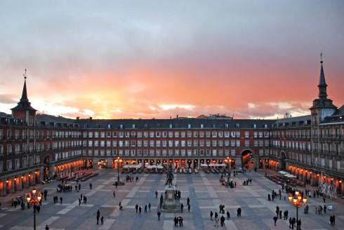 Khi thành phố lên đèn là lúc các quảng trường bắt đầu rộn ràng