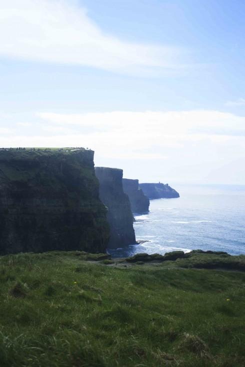 Cliffs of Moher với bầu trời xanh đặc trưng châu Âu