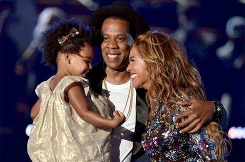 Chồng và con cùng lên sân khấu để chúc mừng chiến thắng của Beyonce
