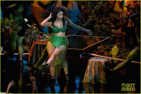 Nicki Minaj biểu diễn mở màn