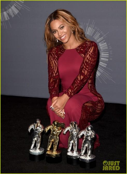 Beyonce và 4 giải thưởng vừa nhận được.