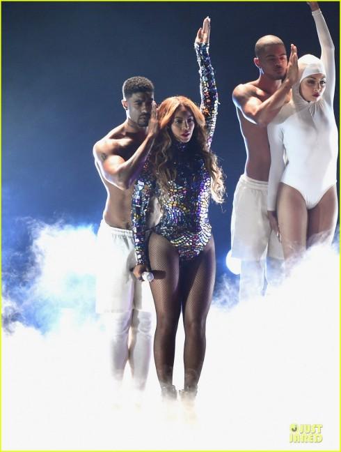 Beyonce biểu diễn trên sân khấu MTV VMAs.