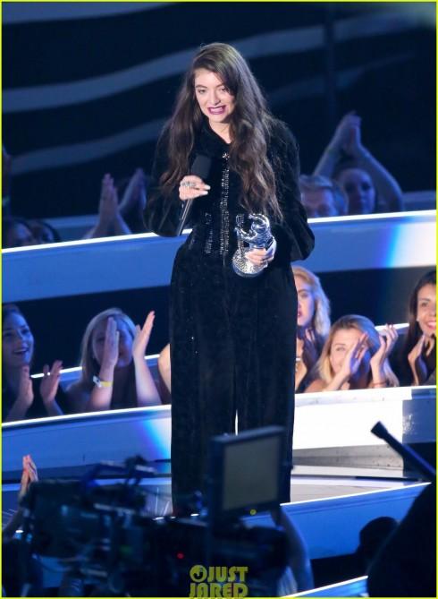 Lorde nhận giải thưởng trên sân khấu MTV VMA.