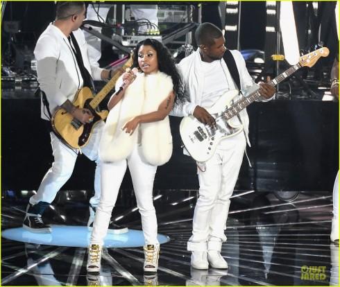 Usher biểu diễn cùng Nicki Minaj