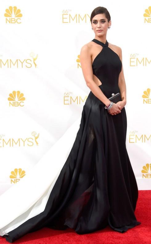 Lizzy Caplan, một trong những ngôi sao Mean Girls, mặc thiết kế của Donna Karan