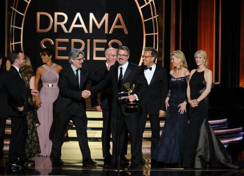 """""""Cha đẻ"""" của seri Breaking Bad - Vince Gilligan - cùng dàn diễn viên nhận giải thưởng Emmy"""
