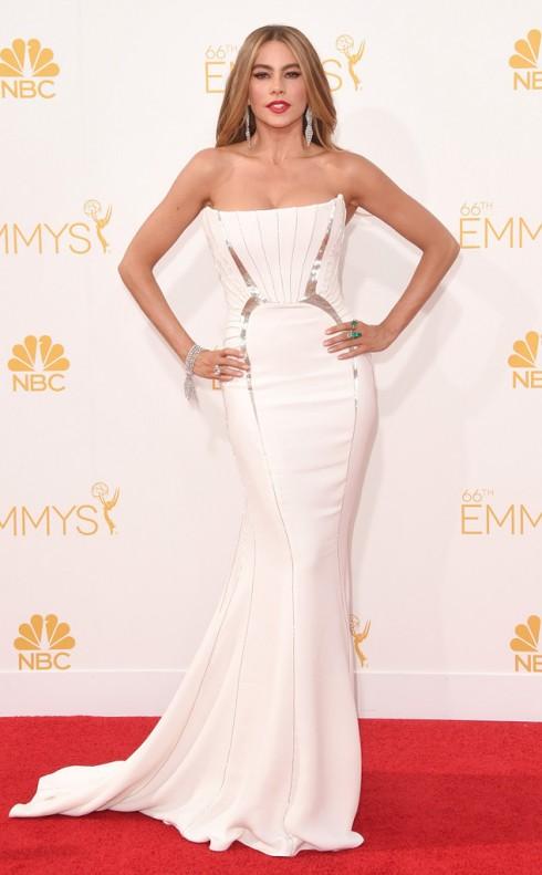 Ngôi sao khác của series đình đám này, Sofia Vergara, quyến rũ trong đầm trắng của Roberto Cavalli