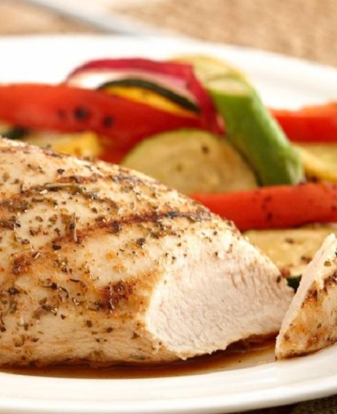 1. Thực phẩm chứa lysine và proline. <br/>Thức ăn giàu protein thường chứa lysine và proline giúp cơ thể tạo thành các axit amin và sản xuất collagen. Thịt gà được coi là một trong các nguồn cung cấp hai thành phần trên. Ngoài ra sụn động vật như cánh gà có chứa hyaluronic acid - giúp collagen hoạt động tốt hơn.