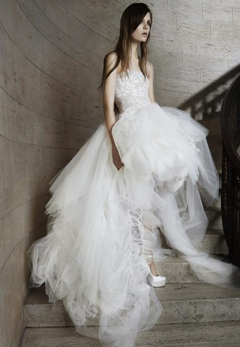 Váy high-low kết hợp hai màu nude và trắng ngà quen thuộc của nhà thiết kế
