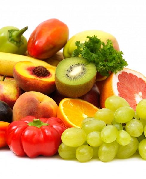 2. Thức ăn giàu Vitamin C.<br/>Tác dụng của Vitamin C hầu như ai cũng biết. Là một chất chống oxy hóa - tác nhân chính trong quá trình lão hóa và phá hủy mô và collagen, Vitamin C có nhiều trong các loại trái cây như cam, quýt, chanh, dâu tây, kiwi hay ổi. Vitamin C còn đóng vai trò chuyển đổi phân tử trong quá trình cơ thể tạo collagen