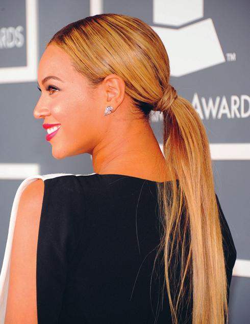 <strong>Beyoncé</strong> <br /> Nếu không thích cắt ngắn, bạn có thể buộc tóc đuôi ngựa. Đây là phong cách đơn giản nhưng vẫn hợp với các buổi tiệc tối. Bạn nên chải kỹ và duỗi tóc thật thẳng trước khi buộc. Nên giấu thun buộc bằng một lọn tóc nhỏ quấn quanh.<br /> Lưu ý: Không nên để tóc con dựng lên phất phơ trước gió, xử lý chúng với keo xịt hoặc gel. <br />Màu nhuộm ưa thích: trắng bạch kim.