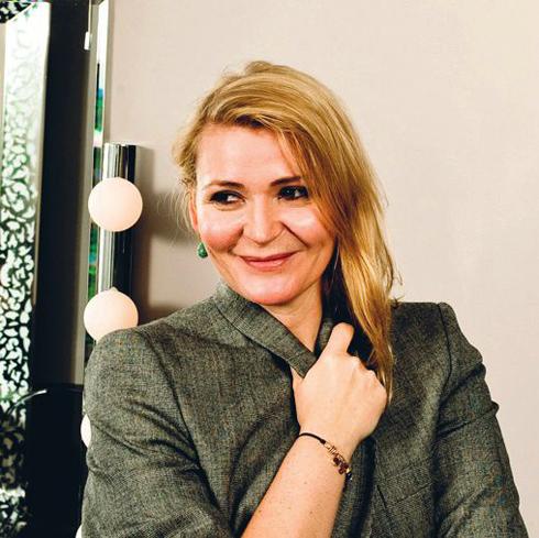 <strong> 1. Paris </strong> <br /> Thành phố tràn ngập tình yêu và nghệ thuật này luôn đi tiên phong trong ngành công nghiệp thời trang. Không khí se lạnh đầu mùa phảng phất chút thơ, đâu đó là hình bóng của những kiểu tóc ngắn hay được buộc gọn gàng.<br /> <br /> Chuyên gia tư vấn: <strong>Delphine Courteille </strong> - Giám đốc Studio 34 Khách hàng nổi tiếng: Gisele Bündchen, Lou Doillon và Sofia Coppola