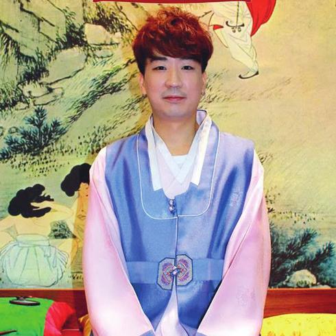 <strong>4. Hàn Quốc</strong> <br> Tại thủ đô của Hàn Quốc, cả nữ lẫn nam đều chạy theo xu hướng thời trang và làm đẹp không biết mệt mỏi. Tuy nhiên, họ luôn giữ cho mình vẻ ngoài thanh thoát và gương mặt tươi sáng đáng yêu. Năm nay tóc đen dài tự nhiên và tóc duỗi đang trở lại. <br> <br> Edward Kim - Chuyên viên làm tóc cao cấp tại DuSol Beauty <br /> Khách hàng nổi tiếng: Jay Park, Kim Woo Bin, Lee Yoo Bi