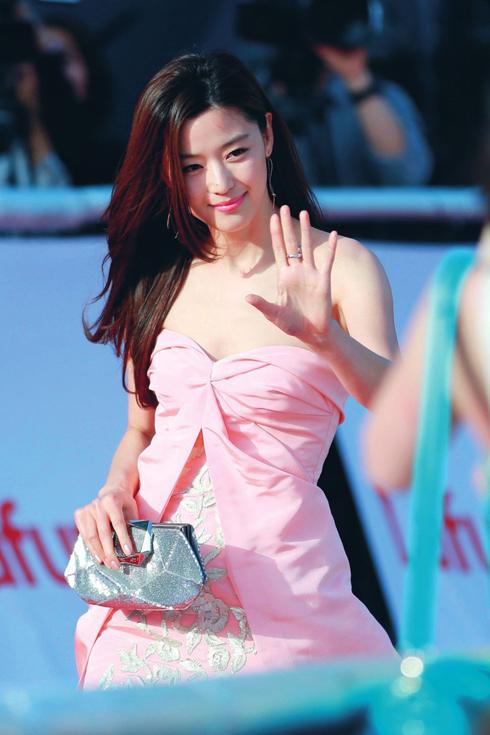 """<strong>Jun Ji-Hyun</strong> <br>  """"Năm ngoái, tóc dày gợn sóng với phần mái được cắt mỏng của Song Hye Kyo trong phim Gió mùa đông năm ấy là kiểu tóc được yêu thích nhất. Năm nay, mọi người lại muốn giống như Jun Ji-hyun trong Vì sao đưa anh tới"""". Phần đuôi tóc có thể uốn nhẹ cúp vào trong, kiểu tóc này giúp mặt bạn trông thon gọn hơn. <br>Lưu ý: Không nên để tóc quá dài vì phần đuôi rất dễ khô và rối."""