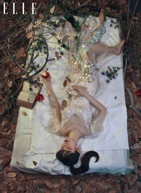 Nàng Bạch Tuyết - Cô gái trẻ sống trong lớp vỏ bọc lung linh và an toàn. Nhưng cô luôn mong một ngày nào đó có thể trốn khỏi thế giới đã được dựng sẵn và thoát chạy trên con đường lầm lỡ của riêng mình.<br/>Váy Nguyễn Công Trí, Hoa tai Swarovski, Giày Sergio Rossi