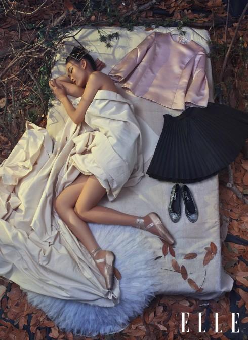 Nàng thơ Ballerina - Cô diễn viên múa trẻ và xinh đẹp ngày đêm gồng mình trên đôi chân gầy để theo đuổi giấc mơ nghệ thuật của riêng mình.<br/>Áo Christian Dior, Váy Red Valentino (Bốn Mùa Boutique), Giày Chanel