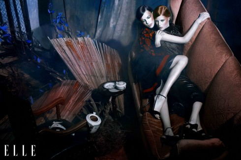 Anna Maria (trái): Trang phục Emanuel Ungaro, Giày Alexis Mabille - Anne (phải): Trang phục và phụ trang Salvatore Ferragamo