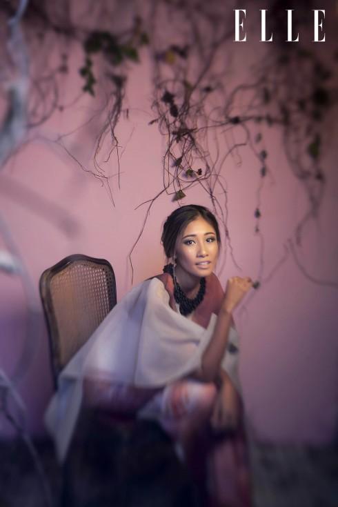 Áo đầm Võ Công Khanh, Hoa tai và nhẫn của stylist