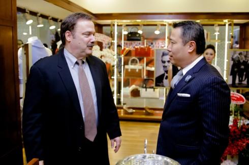 Ông Andy Lew Tổng giám đốc của Brooks Brothers khu vực Châu Á Thái Bình Dương (bên phải) và ngài Patrick Wall – Tùy viên Thương mại Tổng lãnh sự quán Hoa Kỳ tại TP Hồ Chí Minh (bên trái) cũng có mặt tại buổi khai trương cửa hàng Brooks Brothers