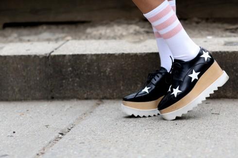 GIÀY<br/>Giày cao gót pump dường như không còn được ưa chuộng nhiều như trước nữa. Thay vào đó là giày thể thao cá tính, sandal cao gót, đế xuồng và giày bệt.
