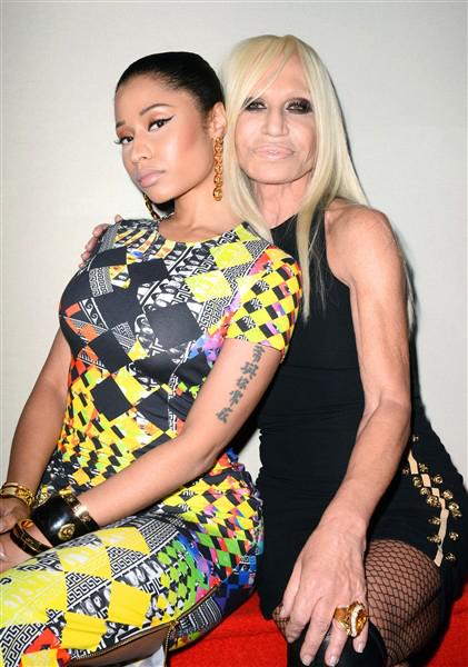 Nicki Minaj cùng Donatella Versace, tại show diễn Versus Versace (7/9)