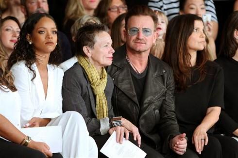 Rihanna, Laurie Anderson, Bono và Ali Hewson tại show diễn Edun (7/9)