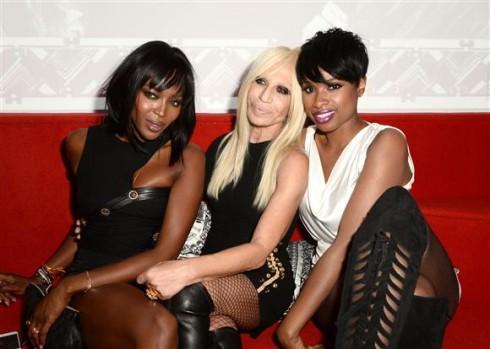 Naomi Campbell, Donatella Versace, và Jennifer Hudson tại show diễn Versus Versace (7/9)