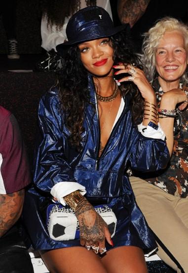 Rihanna xuất hiện với kiểu nón bucket và môi đỏ đặc trưng tại show diễn Alexander Wang (7/9)