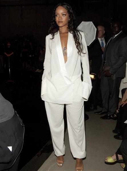 Rihanna tại show Edun (7/9)