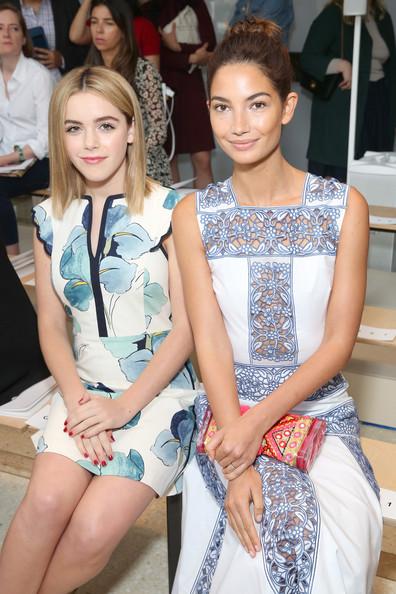 Diễn viên trẻ tuổi Kiernan Shipka và người mẫu Lily Aldridge tại show diễn Tory Burch (9/9)