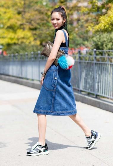 Trẻ trung, khỏe khoắn khi kết hợp váy yếm denim và giày thể thao họa tiết