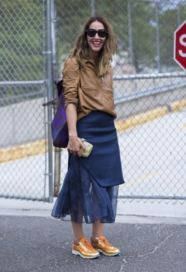 Nếu thích phối hợp nhiều màu sắc, bạn có thể chọn trang phục màu đối lập với màu giày (như cam và xanh navy).