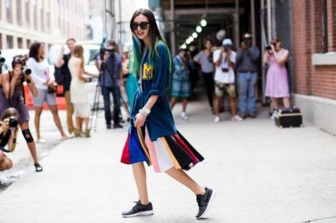 Nếu trang phục của bạn đã đủ nổi bật với nhiều họa tiết, màu sắc và chất liệu, hãy cân bằng với một đôi sneaker đen đơn giản.