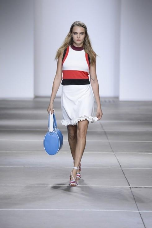 Cara xuất hiện trong một thiết kế khác: váy shift dress với những chi tiết sọc to bản màu đen và đỏ.
