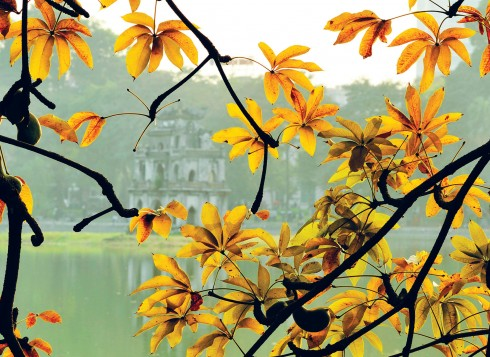 Tháp Rùa mờ ảo soi bóng xuống làn nước màu xanh đặc biệt của hồ Gươm trong một buổi sáng mùa Thu