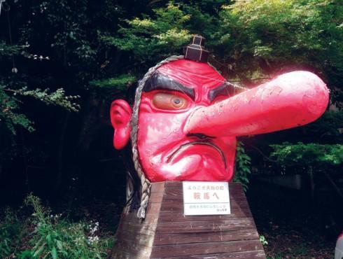 Seimei Ngôi đền Seimei là một địa chỉ nổi tiếng về các phương pháp tiên tri, trong đó nổi bật là chiêm tinh qua việc quan sát sự vận động của các vì sao. Đền Seimei được xây dựng nhằm tưởng nhớ nhà giả kim nổi tiếng với khả năng điều khiển các năng lượng huyền bí cách đây 1 nghìn năm Seimei Abe. Danh tiếng của đền Seimei càng được truyền tụng rộng rãi khi ngày càng có nhiều thảm họa thiên nhiên được dự đoán trước và nhiều căn bệnh đã được chữa khỏi một cách khó lý giải ở nơi đây.