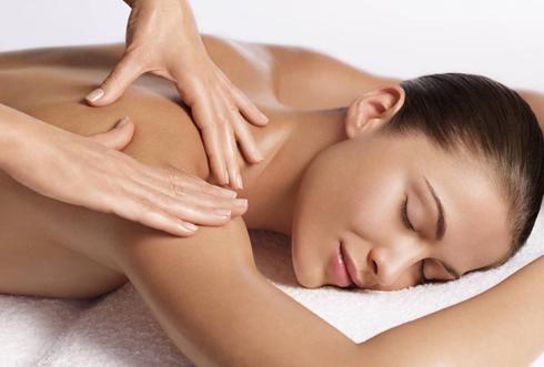 Massage cho da mặt và cổ thêm căng mịn