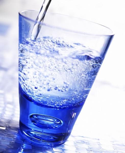 Nước  <br/>Các tế bào da của chúng ta luôn cần nước để hoạt động. Cung cấp lượng nước cần thiết sẽ mang lại cho làn da bạn vẻ khỏe khắn và rạng rỡ. Uống nhiều nước còn giải quyết được vấn đề mụn trứng cá. Các loại nước ngọt hay được pha chế có sữa cũng là nguyên nhân gây mụn, vì vậy hãy giảm lượng đường và sữa không cần thiết.