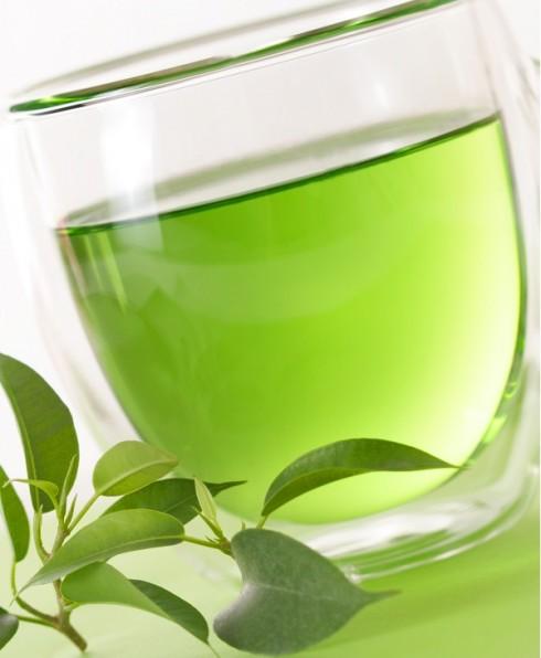 Trà xanh<br/>Trà xanh có chứa catechin, loại hợp chất chống viêm và ung thư. Không chỉ làm giảm số lượng tế bào da bị hư tổn bằng cách trực tiếp giảm số lượng các chất oxy hóa, catechin còn hạn chế quá trình sản xuất các chất gây ung thư. Vì vậy, catechin có tác dụng vừa chống lão hóa, vừa thúc đẩy quá trình phục hồi da. Hãy nên uống một đến hai ly trà xanh trong một tuần.