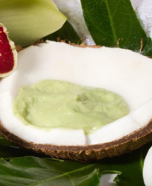 Trái bơ và dừa  <br/>Chất béo có trong trái bơ và dầu dừa là loại chất béo có lợi cho sức khỏe, giúp làn da của bạn luôn được mềm mại. Các chất béo không bão hòa đơn trong bơ thậm chí giúp bảo vệ làn da của bạn khỏi tác hại của ánh nắng mặt trời.  Bơ và dầu dừa còn có thể thay thế kem dưỡng ẩm. Sử dụng một trong hai nguyên liệu này massage mặt và cơ thể, và bạn sẽ thấy làn da của bạn trở nên mềm mại sau một tuần.