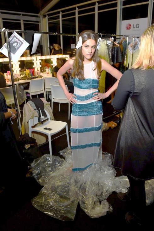 Người mẫu thay đồ trong hậu trường show Felder Felder