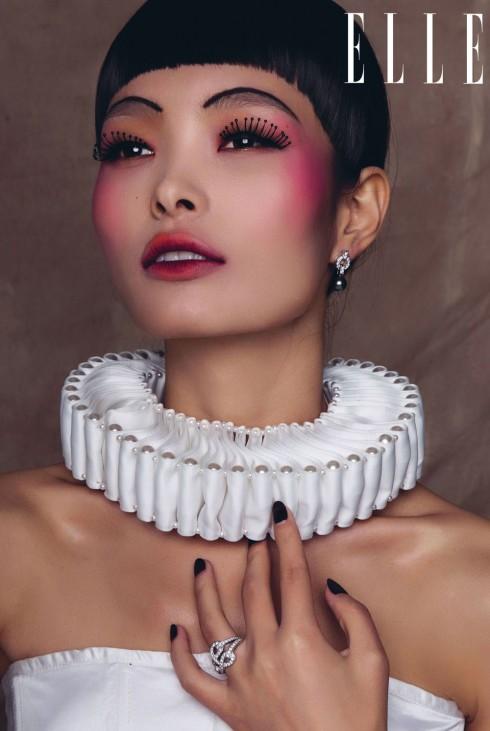 Hoa tai vàng trắng 18K khảm kim cương và ngọc trai xám Himalia CARTIER<br> Nhẫn Agrafe CARTIER<br> Trang phục VÕ CÔNG KHANH