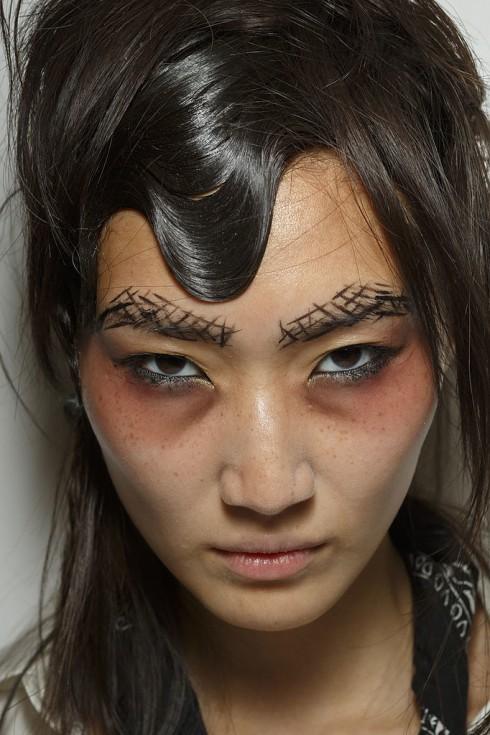 Yohji Yamamoto với lông mày được vẽ ấn tượng