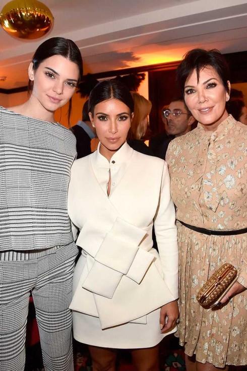 Ngôi sao mới của sàn catwalk Kendal Jenner cùng chị gái Kim Kardashian & Kris Jenner tại 1 buổi tiệc thuộc khuôn khổ Paris Fashion Week 2015