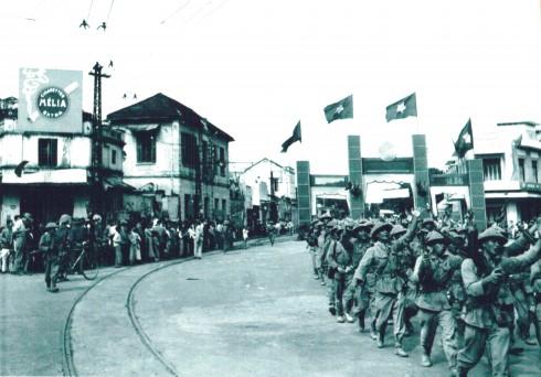 Trung đoàn Thủ đô từ Ô Cầu Giấy tiến vào Cổng thành Cửa Nam.
