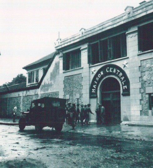 """Quân đội ta tiếp quản nhà tù Hỏa Lò. Nhà tù này được thực dân Pháp xây năm 1896 ở khu vực lúc đó là ngoại vi thành phố làm ngục thất Trung ương của cả hai xứ Trung và Bắc Kỳ. Nơi đây giam giữ nhiều tù phạm chính trị, những người ái quốc chống lại chính quyền thực dân Pháp. Sau năm 1954 Hỏa Lò là nhà tù của chế độ Việt Nam Dân chủ Cộng hòa. Trong thời kỳ trận Điện Biên Phủ trên không của Chiến tranh Việt Nam, đây là nơi giam giữ phi công Mỹ nhảy dù cho đến sau Hiệp định Paris 1973. Các tù binh phi công Mỹ biếm gọi ngục Hỏa Lò là """"Hilton Hanoi"""". Trong các tù binh Mỹ, nổi tiếng nhất là đương kim nghị sĩ Mỹ John McCain đã từng bị giam giữ nơi đây."""