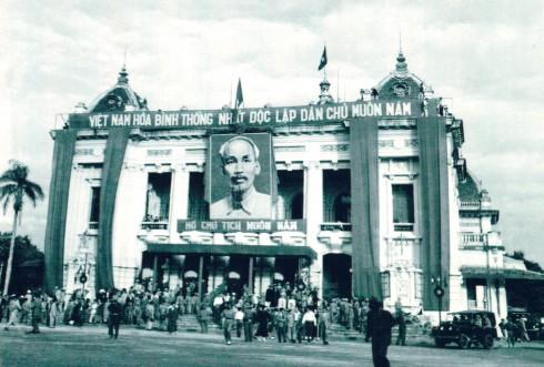 15 giờ ngày 10/10/1954: Còi Nhà hát Lớn thành phố nổi lên một hồi dài báo hiệu cho nhân dân giờ phút lịch sử đã đến. Khung cảnh trước Nhà hát Lớn thành phố trong ngày Ủy ban Quân chính ra mắt nhân dân Hà Nội.