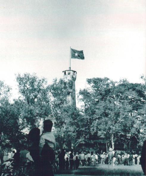 Năm 1945, sau khi Cách mạng Tháng Tám thành công, lá cờ đỏ sao vàng lần đầu tiên được treo lên Cột cờ Hà Nội. Đến ngày giải phóng Thủ đô 10/10/1954, một lần nữa lá quốc kỳ lại tung bay trên đỉnh kỳ đài lịch sử. Cả Hà Nội đã dồn về kỳ đài này ngày 10/10/1954 để chứng kiến giây phút lịch sử: Lễ thượng cờ Tổ quốc trên Cột cờ Hà Nội. Đây đã trở thành nơi diễn ra lễ chào cờ lịch sử của quân dân Thủ đô trong ngày vui trọng đại cách đây 60 năm. Sau Lễ chào cờ, Chủ tịch Ủy ban Quân chính Vương Thừa Vũ trân trọng đọc lời kêu gọi của Chủ tịch Hồ Chí Minh gửi đồng bào Thủ đô nhân Ngày giải phóng.
